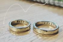 名前入りの結婚指輪は売れる?イニシャルが入った婚約指輪などの買取